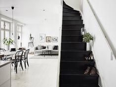 black stairs in a white apartment Blueberry Home, Black Staircase, Style Loft, White Apartment, Duplex Apartment, Bedroom Apartment, Interior And Exterior, Interior Design, Interior Shop