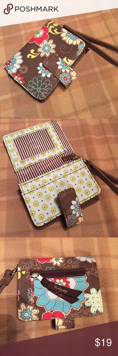 31 wallet wristlet Fun print, photo ID, coin purse, and card organizer thirty-one Bags Clutches & Wristlets