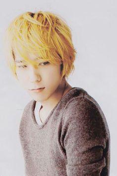 Ninomiya kazunari.. I didn't really like blond Nino but this pic is hot.