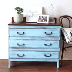 My favorite colour at the moment, turquoise. This dresser was painted for a friend who's just bought a new house. Fingers crossed its a perfect fit ☺️☺️#furniturerestoration #restoredfurniture #paintedfurniture #vintage #qld #brisbane #womenwhodiy #interiors #recycledfinds #dresser