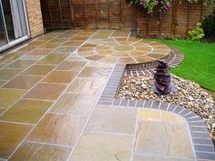 You could try this out billed patio paving ideas Block Paving Patio, Patio Slabs, Patio Tiles, Brick Paving, Patio Edging, Flagstone, Garden Slabs, Garden Paving, Concrete Patios
