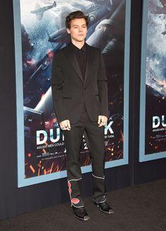Harry Styles's Dunkirk Make-Under Harry Styles Face, Harry Styles Funny, Fan Fiction, Louis Tomlinson, Dunkirk Premiere, Harry Styles Dunkirk, Cool Boots, Red Carpet Fashion, Stylish Men