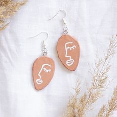Make DIY earrings yourself- Earrings DIY: make jewelry yourself I& show you how you can make these pendants in face design for the ear from soft clay in terracotta Summer DIY idea DIY gift idea Diy Jewelry Rings, Diy Jewelry Unique, Diy Jewelry To Sell, Diy Jewelry Holder, Diy Jewelry Projects, Beaded Jewelry, Diy Jewelry Videos, Recycled Jewelry, Diy Jewellery