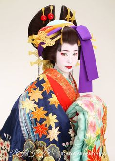 A woman dressed as an oiran at a kimono photography experience.