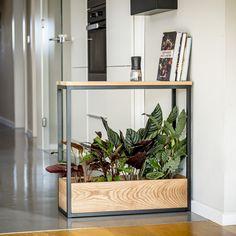 Pflanzen sind in deinem Zuhause nicht nur ein schmückendes Element dar, sondern sie tragen auch zu unserem Wohlgefühl bei. Pflanzmöbel Woody von Indoga eignen sich ausgezeichnet, um die Innenbereiche deines Zuhauses zu begrünen. Dieses elegante und zeitlose Möbel kann für alles von Pflanzen über Bücher bis hin zum Kinderspielzeug im ganzen Haus eingesetzt werden. Du kannst es sogar als Raumteiler nutzen, um kleine ruhige Inseln oder gemütliche Ecken in größeren Räumen einzurichten. Diy Sofa, Flower Shop Decor, Living Room Decor, Bedroom Decor, Sunroom Decorating, New Room, Home And Living, Diy Home Decor, House Design