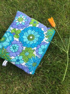 Trousses matelassée, bleue, grandes fleurs, 70s, flower power