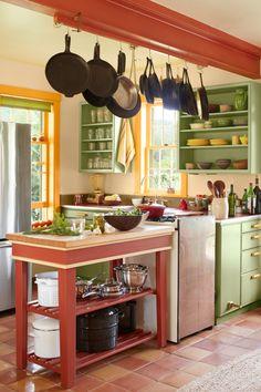 como diseñar una cocina, ideas 2018, estilo provenzal en verde y rojo y amarillo, mesa pequeña con estante