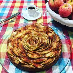 Café maçã  vermelha e verde e flor: bolo com muito amor para esta tarde de domingo. A receita é da página 75 da revista @casaecomida deste mês e estará no blog essa semana. Dá pra sentir o cheirinho de canela por aí? . #domingo #sunday #receita #sobremesa #amocaseirices #casaecomida #bolo #maca #café #coffee #apple #mesaposta #receberbem #amor #euquefiz #handamade #bolocaseiro #love by casadacaubi http://ift.tt/1Wax9YJ