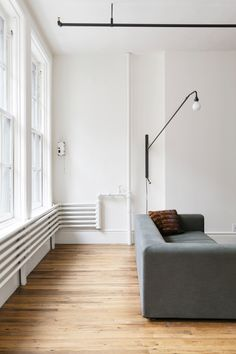 Corner of an industrial style living room with exposed pipes. In the project Bond Street Loft in Manhattan's Noho historic district, designed by Elizabeth Roberts Architecture & Design. Photography courtesy of Elizabeth Roberts Architecture & Design. Diy Interior, Scandinavian Interior, Interior Styling, Interior And Exterior, Interior Design, Contemporary Interior, Luxury Interior, Scandinavian Style, La Shed Architecture