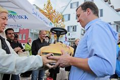 Johannes Forster (Metzgerei Forster) gewinnt das Firmen-Bobby-Car-Rennenn während Autoschau am 27. Oktober 2013 in Tettnang