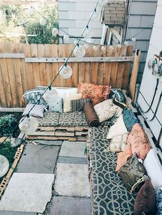 The Happiness of Having Yard Patios – Outdoor Patio Decor Outdoor Spaces, Outdoor Living, Outdoor Decor, Outdoor Seating, Backyard Seating, Pallet Seating, Pallet Patio, Outdoor Pallet, Outdoor Couch
