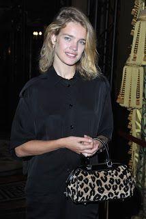 Natalia Vodianova con un semplice abito-camicia e borsetta leopardata, alla sfilata di Stella McCartney.