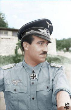 """✠ Adolf """"Dolfo"""" Galland fue un General de la Luftwaffe que sirvió durante la Segunda Guerra Mundial en Europa. Él voló 705 misiones de combate, y luchó en el frente occidental y en Defensa del Reich. En cuatro ocasiones sobrevivió cuando fue tiroteado por las baterías antiaéreas, y le acreditaron con 104 victorias aéreas, todas ellas contra los aliados occidentales. ✠:"""