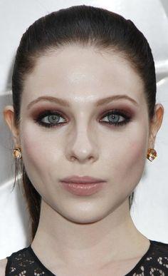 http://deavita.com/wp-content/uploads/2014/10/smokey-eyes-blaue-augen-abend-makeup-kupferrot-nude-lippen-Michelle-Trachtenberg.jpg