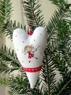 Hand embroidered heart ornament with an angel - fairy. anche con free embr a macchina disegni sticki Embroidered Christmas Ornaments, Christmas Embroidery, Christmas Tree Ornaments, Cross Stitch Angels, Cross Stitch Heart, Christmas Cross, Christmas Angels, Cross Stitching, Cross Stitch Embroidery