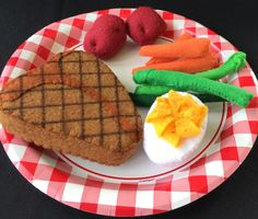 Realistic Play Food made from FELT! Let the kids play with their food and use their imagination while learning. Easy Felt Crafts, Felt Diy, Homemade Cafe, Felt Crafts Patterns, Felt Cupcakes, Felt Play Food, Felt Decorations, Fake Food, Diy Food