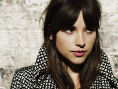 Amelia Warner- how does she make her parted bangs cool?