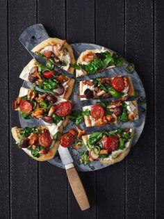 Komponer dit eget fladbrød med svampe og hvidløgsost. En garanteret succes til frokosten/forretten/hovedretten eller som snacks til velkomstdrinken.