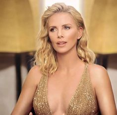 Charlize Theron Looks Totally Different with Baby Bangs - Celebrities Female Charlize Theron, Jackson Theron, Mighty Joe, Actrices Sexy, Atomic Blonde, Hollywood Celebrities, Beautiful Actresses, Her Hair, Just In Case