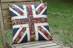 A free tutorial for a patchwork square Union Jack pattern cushion cover. Patchwork Cushion, Patchwork Patterns, Patchwork Bags, Quilted Pillow, Quilt Patterns, Pillow Patterns, Patchwork Ideas, Union Jack Pillow, Union Jack Cushions