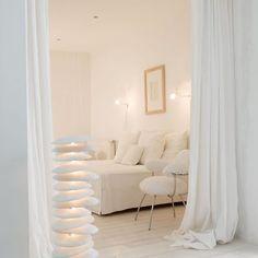 Salon blanc, comme une chambre - un cocon derrière de grands rideaux #white #living+room
