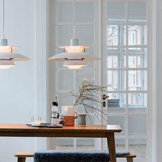 La lampada a sospensionePH 5 Classic è stata creata per essere appesa al di sopra di un tavolo e allo stesso tempo donerà una luce soffusa intorno a sé. In Danimarca, quasi in una casa su due troverete la lampada PH 5 Classic.