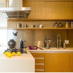 Cozinha l Marcenaria toda em madeira clara e silestone branco na bancada, amamos!!! Projeto @vanessaferesarquitetos #cool #cozinha #cocina #kitchen #sp #madeira #silestone #instadecor #photooftheday #arquitetura #gourmet #design #instamood #decora #glamour #interiores #homedecor #arquiteta #luxury #blogfabiarquiteta #fabiarquiteta ➡️➡️www.fabiarquiteta.com