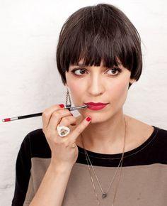 Vanessa Rozan te ensina a passar um batom vermelho que dura o dia todo