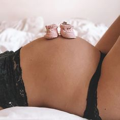 Pregnancy Food First Trimester - - Pregnancy Shoot Beach - Pregnancy First Steps - Healthy Pregnancy Workouts - Pregnancy Week By Week Belly Cute Pregnancy Pictures, Baby Bump Pictures, Maternity Pictures, Pregnancy Photos, Pregnancy Belly, Pregnancy Photo Shoot, Pregnancy Announcement Photos, Pregnancy Memes, Early Pregnancy