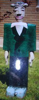 Hilvanando la discapacidad intelectual: mayo 2011. Es un galán divertido para colocar la ropa de los peques. realizado en papel maché con material reciclado.