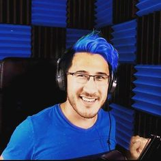 I can't be the only one that thinks he looks absolutely lovely with blue hair~