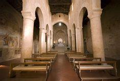 L'interno della Abbazia dei Santi Salvatore e Cirino a Badia a Isola (Monteriggioni). Foto di Vignaccia76 su http://commons.wikimedia.org/wiki/File:Badia_a_Isola_Interno.jpg
