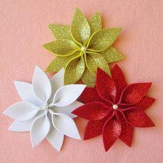 Felt Flowers, Diy Flowers, Fabric Flowers, Paper Flowers, Felt Christmas Ornaments, Christmas Art, Christmas Projects, Diy Weihnachten, Xmas Decorations
