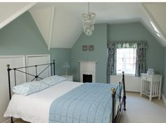 """Chambre aux murs couleur """"Glauque"""" -  La teinte nommée """"glauque"""" n'a aucune connotation péjorative. Cette couleur, qui fait partie du champ chromatique des verts grisés, est à la fois la couleur de la mer et un bleu pâle aux connotations rétro. Photo : Farrow and Ball"""