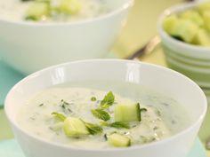 Mit Buttermilch lassen sich wunderbar kalte Suppen zubereiten. Eiskalte Gurken-Minze-Suppe - smarter - Zeit: 25 Min. | eatsmarter.de