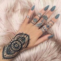 The nails, nails and henna look perfect