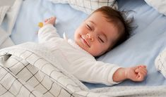 Getting your toddler to sleep can be a challenge. Sleep training may help ease bed and nap time. We share methods to try, plus tips for establishing a healthy bedtime routine. Help Baby Sleep, Get Baby, Kids Sleep, Child Sleep, Toddler Sleep, Baby Massage, Baby Lernen, Sleeping Too Much, Sleep Schedule