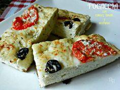 Focaccia con romero, tomate y aceitunas
