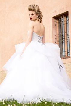 """Abito da sposa """"Slendente"""" romantico, luminoso, particolare nel suo corpino a bustier luminoso. #Tirapani #TirapaniAtelier #sposa #spose #abitodasposa #collezione2017 #abitodasposa2017 #bride #bridal #weddingdress #weddingdress2017 #lookbook2017 #LineaFlorence"""