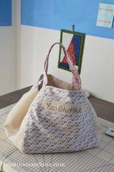 Video tutorial de costura creativo gratuito para aprender a coser a máquina un b … Diy Handbag, Reusable Shopping Bags, Sewing Accessories, Sewing For Kids, Sewing Diy, Cloth Bags, Tote Purse, Handmade Bags, Small Bags