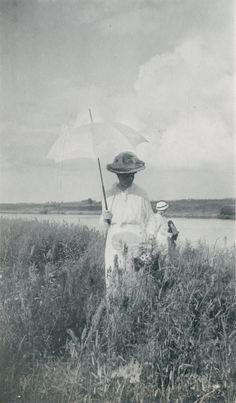 Empress Alexandra Feodorovna e uma das Grand Duchess ao fundo, próximo ao Dnepr River, em 1916.