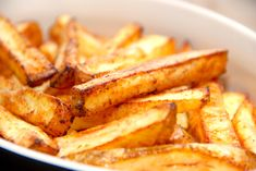 Pommes frites i ovn - uden den fede friture - Madens Verden Gourmet Recipes, Snack Recipes, Snacks, Onion Rings, Fritters, Sweet Potato, Grilling, Bacon, Chips