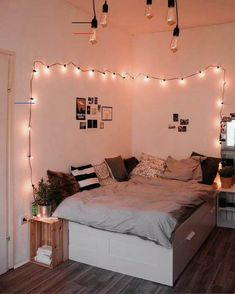 Unglaublich Über 48 Ideen für Wohnheimdekorationen 1 #deko #dekoration #Deko ... - mein Blog - #weihnachtsdekofensterbank Apartment Bedroom Decor, Room Decor Bedroom, Cozy Bedroom, Bedroom Inspo, Bedroom Inspiration, Bedroom Furniture, Ikea Bedroom, Modern Furniture, Bedroom Colors