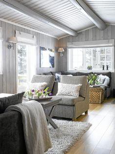 Fargepaletten har et dust og tidløst uttrykk. Eikegulvet gir varme til rommet. Møblene og flossteppet kommer fra Hemsen interiør. Rullegardinene er sydd av en interiørdesigner. Cosy Interior, Interior Design, Living Room Flooring, Cottage Interiors, Home Additions, Modern Country, Log Homes, Home And Living, Outdoor Furniture Sets