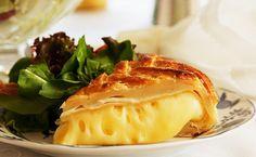 Dicas para Ceia de Ano Novo _brie-en-croute-com-bouquet-de-folhas Brie En Croute, Pastry Dishes, I Love Food, Camembert Cheese, Buffet, Cabbage, Food Porn, Appetizers, Food And Drink
