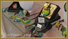 Les bijoux, pendentifs et bagues en verre de Murano de Miriam Padoan, Maître verrier à Venise.