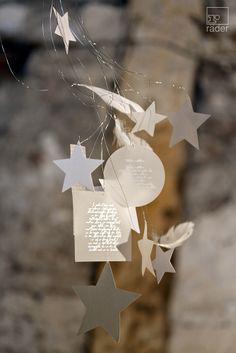 Räder macht weiße Weihnacht. ...leise rieselt der Schnee… Eisblumen wachsen an den erleuchteten Fenstern. Hell leuchten die Sterne über der verzauberten Landschaft aus Schnee und Eis. Unsere Deko-Idee: unser Silber + Weiß. Sternenschweif. Aus Federn, Papier und Transparentpapier, mit Heißsiegelung.