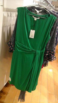 """Puuteristen värien sijasta, asiakas haluaa kirkkaita, mieluiten tätä vihreää olevia asuja. Tässä Diane von Furstenbergin juhlamekko, koko 34, 95% silkkiä ja 5% spandex, kuivapesu, hinta 439e. Helmalaskos kaksi kertaa edessä sivulla, mutta ei takana. Vyötärössä myös laskoksia. Tämä jatkaa päivitetyllä tavalla tätä """"kreikkalais/roomalais-tyylisuuntausta"""", mutta lyhyempänä versiona. Sopii hyvin kaikille vartalomallalleille."""