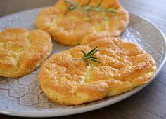 Cloud bread oftewel 'Oopsies'. Broodjes van roomkaas en ei. Een koolhydraatarm recept van Pretty Good Cooking.