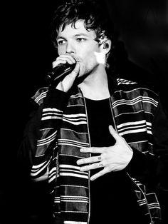 Tummy hand. Black and white edition. ♥︎ Louis on The Tonight Show with Jimmy Fallon. 24th January, 2017. http://whiteknightonasteed.tumblr.com/
